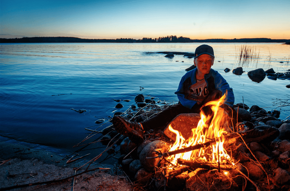 Feuer am See in Finnland
