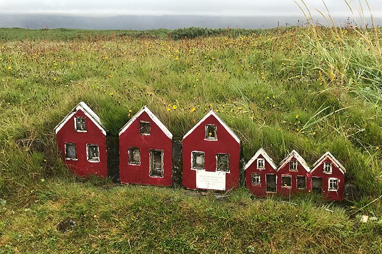 In schönen roten Ferienhäusern kommen in Island nicht nur Elfen unter, auch ihr könnt auf einer Rundreise durch Islands Süden in Ferienhäusern übernachten.