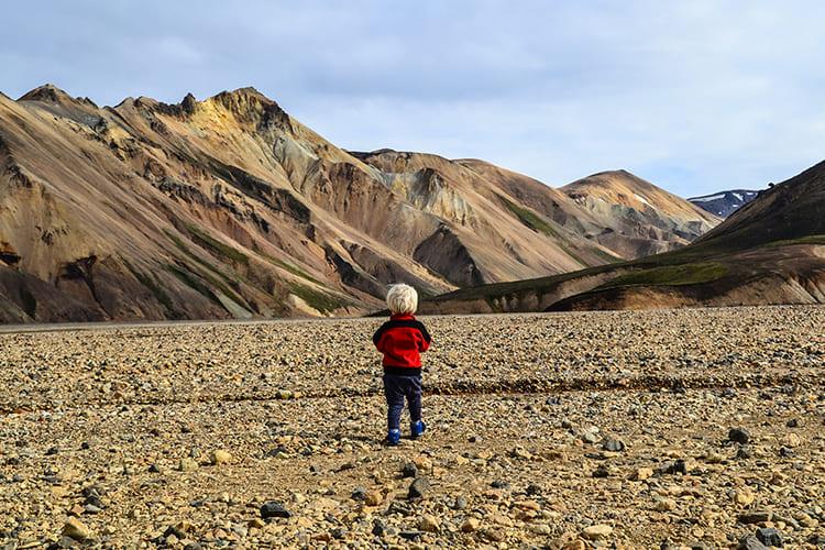 Islands Hochland: Landmannalaugar. Eine braune Steinfläche, Berge im Hintergrund.