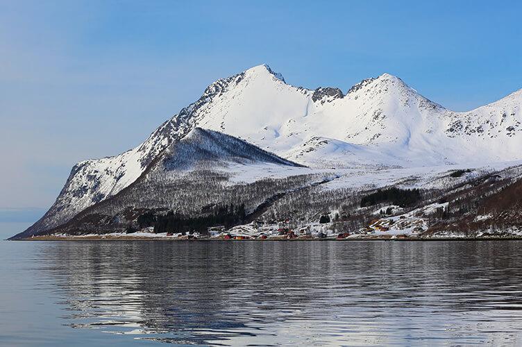 Sonniger Schneetag mit Bergen