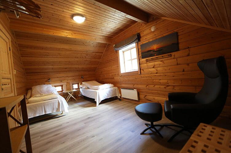 Holzverkleidetes Schlafzimmer